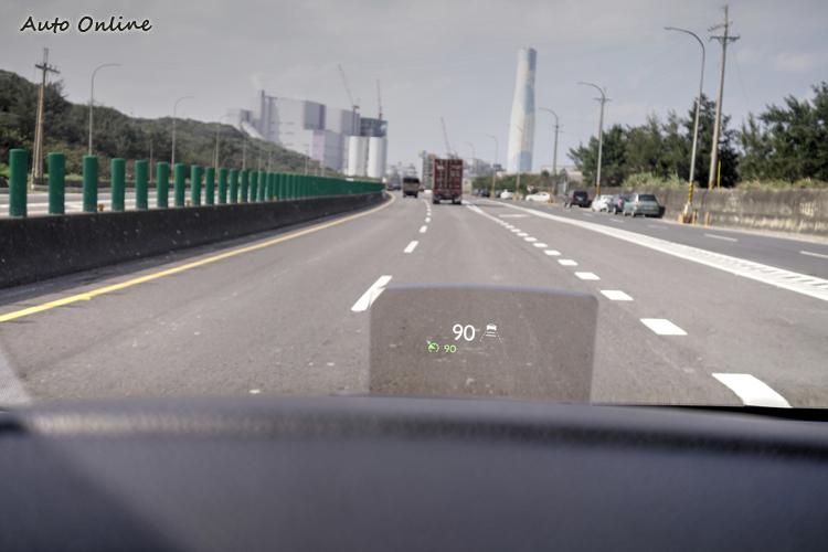 「尊爵版+」以上車型,將抬頭顯示器納入標準配備之中。