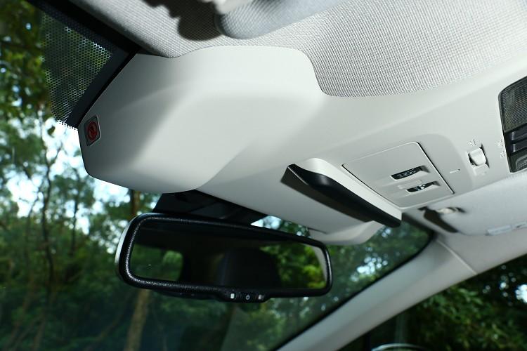 前擋風玻璃上方有兩顆Eyesight鏡頭,故所以前擋不能貼隔熱紙會影響電腦判別。