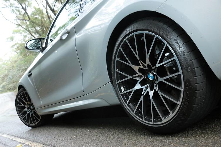 鋁圈使用專屬19吋輕量化鍛造框,搭配全新Y字樣式輪圈設計,有點現代、復古間的衝突美感。