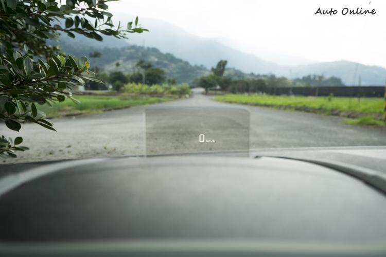 XTR車型還標配抬頭顯示器(時速與車道維持輔助顯示)
