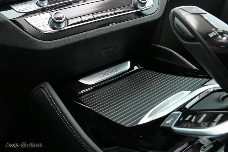 中控台下方置物空間還可看到「X4」車型標誌。