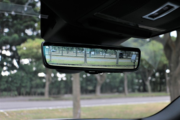 原廠預防到使用者常常把後行李廂堆滿擋住視線,研發出可透車頂鯊魚鰭天線內專屬攝影機,把影像投影到車內後照鏡技術。
