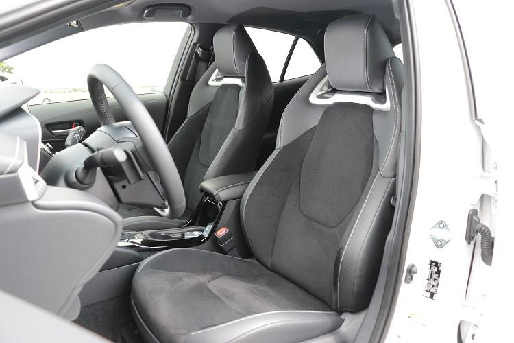 內裝質感換上跑車級高包覆性Ultrasuede®麂皮座椅,旗艦等級更事配備駕駛座八向電動調整座椅。