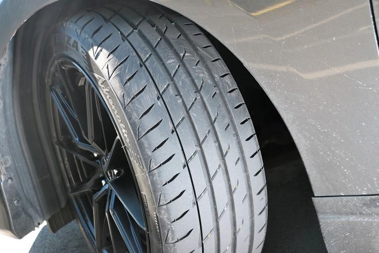 透過排水溝加寬設計,讓駕駛者無論在濕滑路面或乾燥路面,都可以更清晰地掌握入彎角度,實現最大的操控性和穩定性。