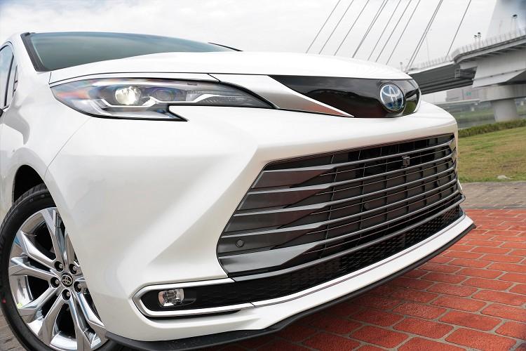 車頭設計靈感是來自日本新幹線,在流暢平滑的線條中帶出速度感與充滿自信的容貌。