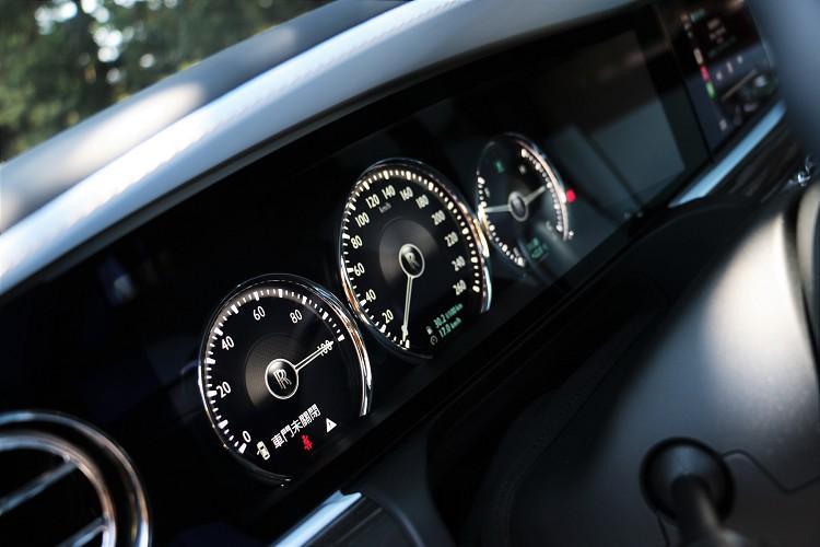 儀錶板看似全彩數位螢幕,但內部顯示還是傳統指針儀表介面。