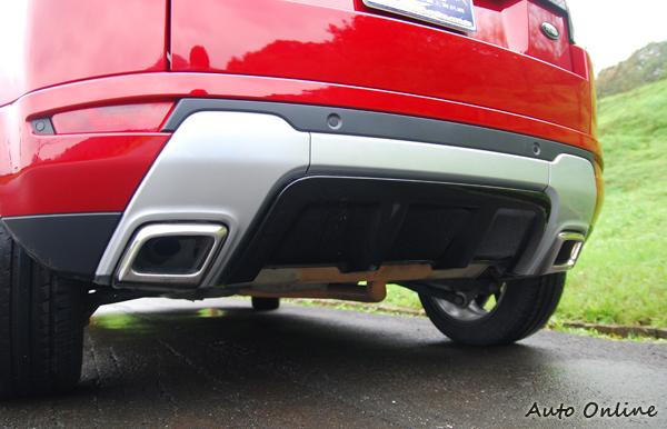 Dynamic的跑車化外觀套件,包含了左右雙出的方形尾管以及後下擾流鰭片。