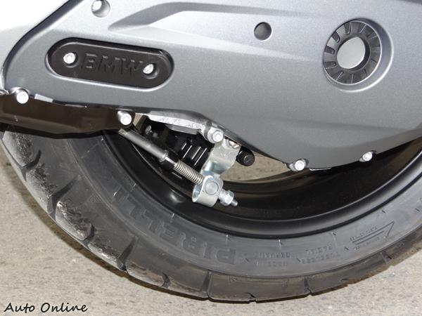 當側駐車架放下時會連帶煞住後輪,這類似手煞車的功能防止停車時車輛滑動。