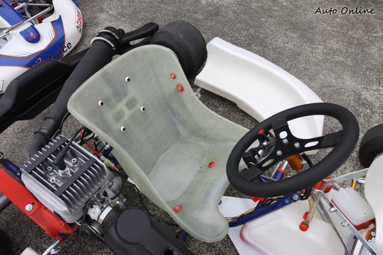 卡丁車椅子的大小非常重要,椅子必須支撐身體全部重量,當然也包括過彎時的G值。