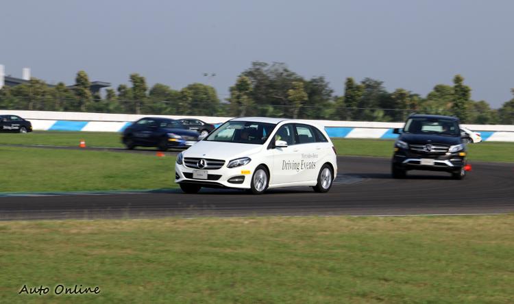 眾車全部上場進行最後驗收,高速奔馳全場賽道。