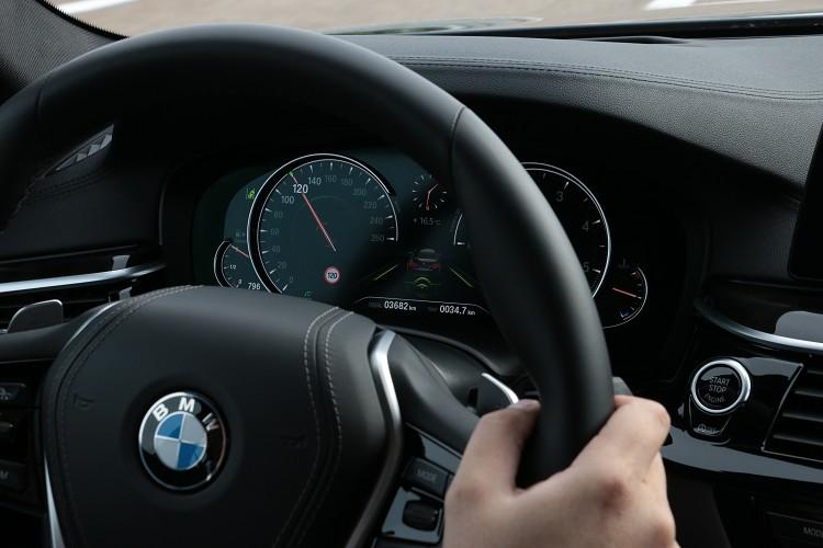 自動巡航系統啟動下,當電腦偵測到車道線則會開啟車道偏移系統,當駕駛偏離車道線會主動修正回到正確路線。與前車的間距可從方向盤上調整。