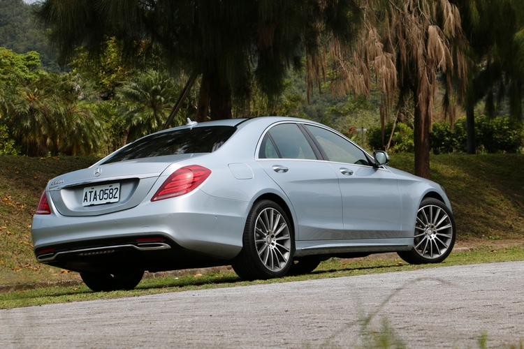 綜觀完整售後服務網絡、售服福利與車主權益及二手車高殘值等因素,S-Class 堪稱當今豪華品牌旗艦車款的最佳選擇。