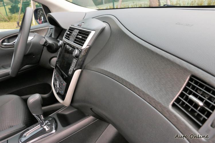 中控台造型線條維持不變,利用高檔飾板提升車內質感。