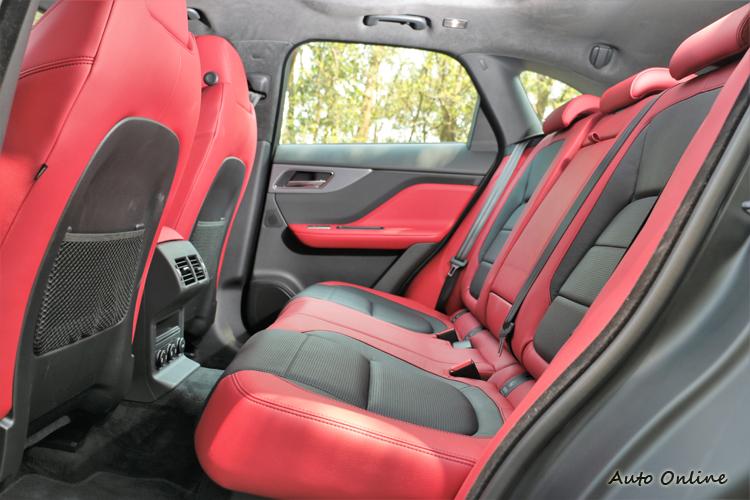 紅、黑對比色搭配營造出車內運動氛圍。