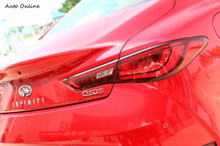 車尾內部崁入LED導光條,流線的後廂蓋降低風阻,小鴨尾提供後輪下壓力。