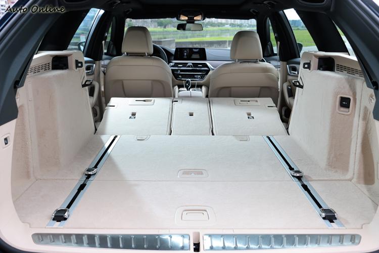電動釋放之40/20/40分離後座椅背全部傾倒,大後廂容積空間可達1700L。