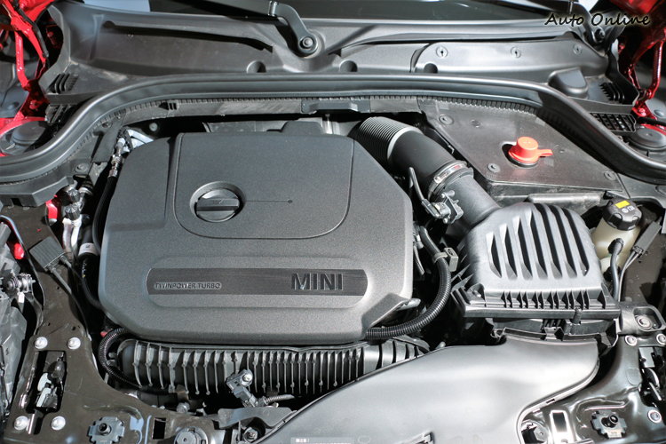 科技方面除了渦輪增壓技術外,缸頭上蓋改以碳纖維複合材質(CFRP)打造,達到MINI對於輕量化的訴求。