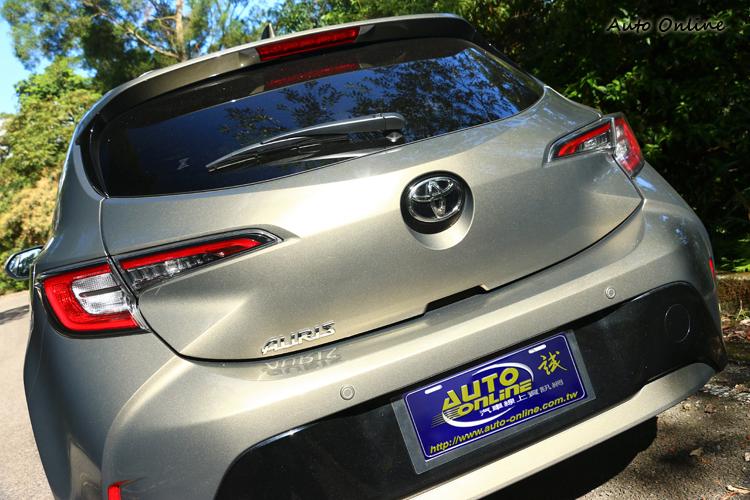 科技感十足的LED光條式尾燈組以及兩側葉子板的厚實設計,結合後保桿下方黑色烤漆設計,穩重中強調車身運動感。
