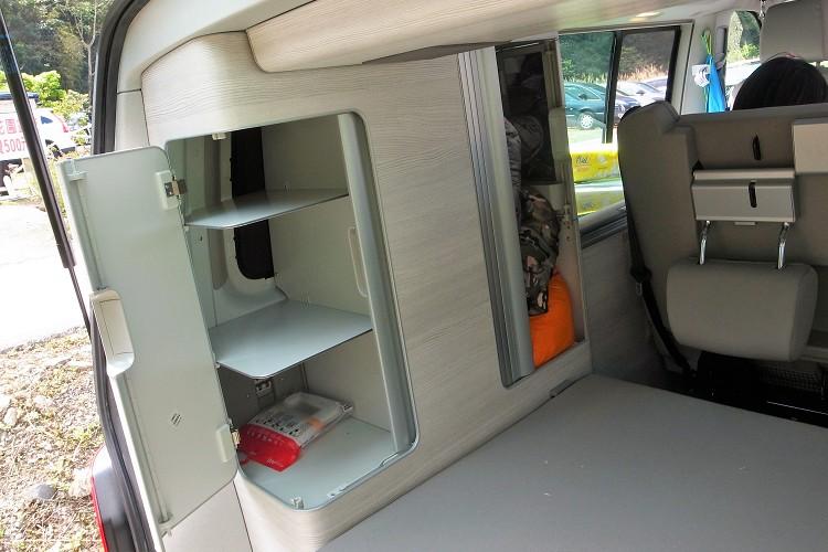 車內的置物空間非常多元,想得到的任何地方都有收納空間,分門別類的整齊存放。