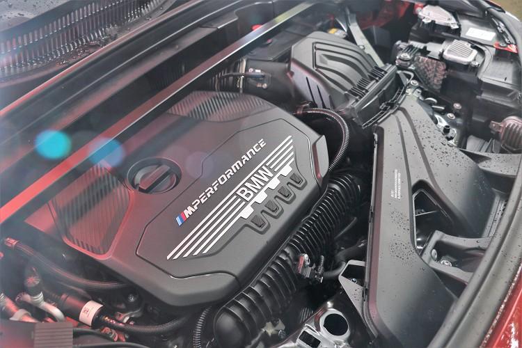 引擎蓋底下是一具代號B48的四缸2.0升渦輪增壓引擎,雖然同屬於B48卻有不同等級動力輸出。
