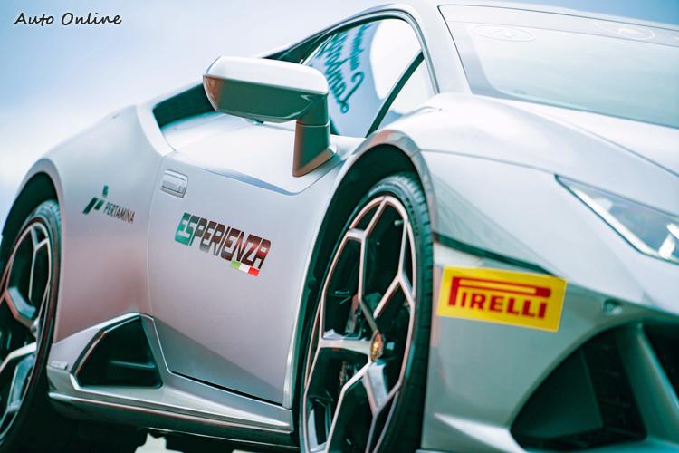 六角形幾何元素點綴於車輪和車側,勾勒出Huracan EVO動感十足的車身剪影。