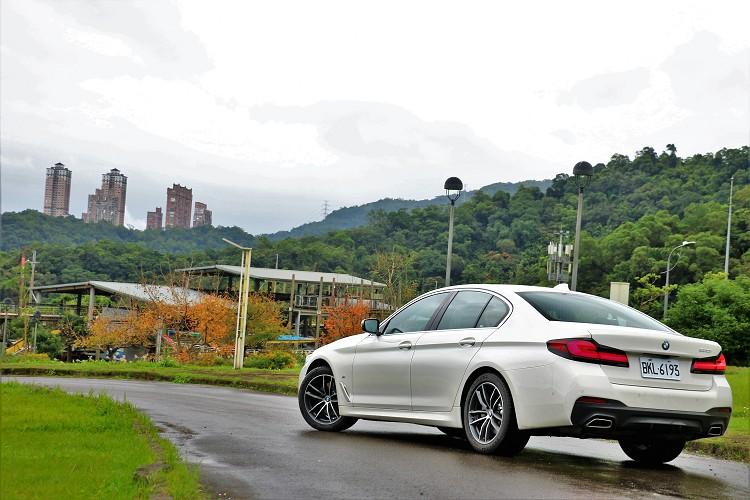 此次試駕的BMW 520i M Sport首發版,就搭載智慧LED頭燈(含Glare-free光型變化功能)、遠光燈輔助功能、車況抬頭顯示器等豪華配備。