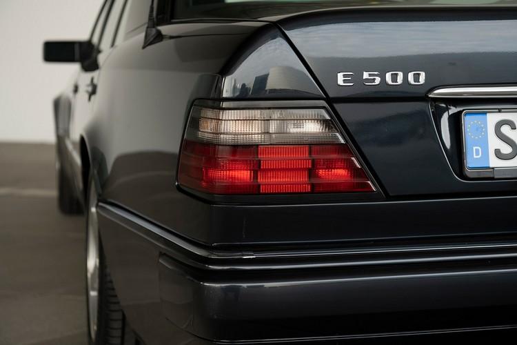 對於行家來說,三十年後的今天是一款前所未有的高性能房車,它比一般W124車型寬56mm,低23mm;而對於保時捷,500E則是被賦予了「2758」這個項目編號,即使在三十年後的今天,卓越的性能依然讓它與眾不同。