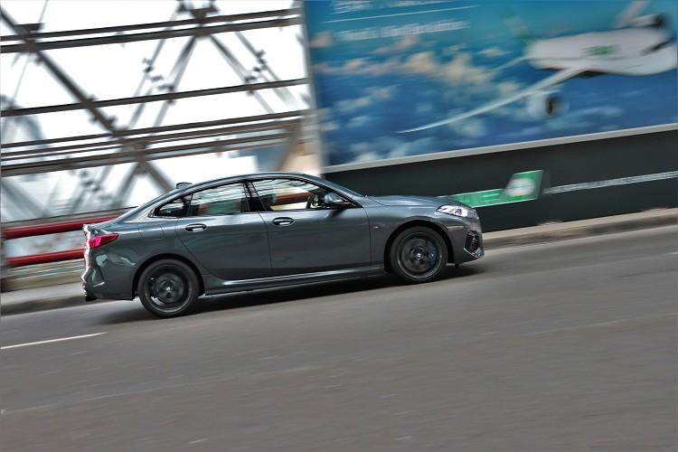 只要控制好油門與適時帶點重心轉移技巧,後輪還是可以保有相當活潑的調性,偶而的假日晨跑能享受到BMW的駕馭樂趣。