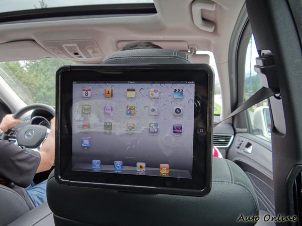 賓士車等級多,可選配的東西更多,連iPad專用頭枕後套件都有,還有附USB充電座喔!