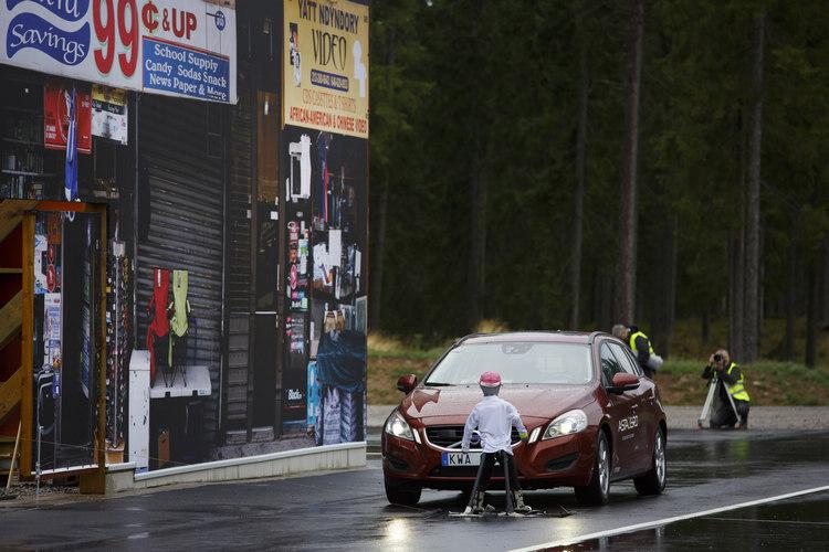 測試兒童衝進馬路的狀況,測試區連路邊的招牌都完全移植過來,以測試系統會不會受到干擾。