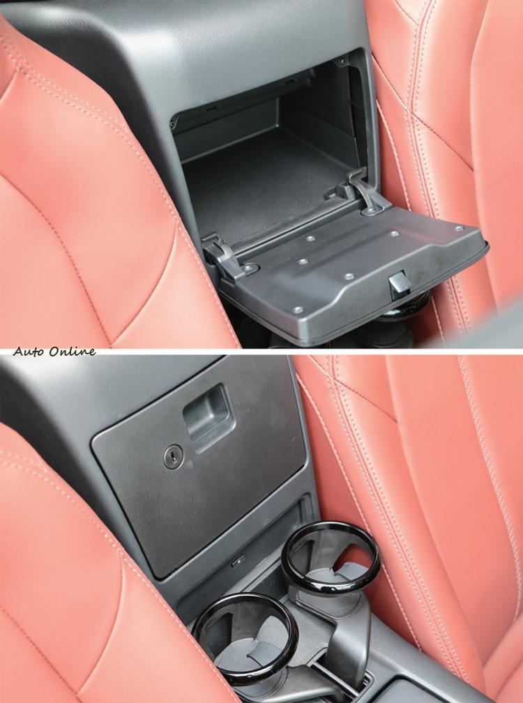 車內置物設計不多,不過活動式杯架的設計至少可以增加使用上的彈性。