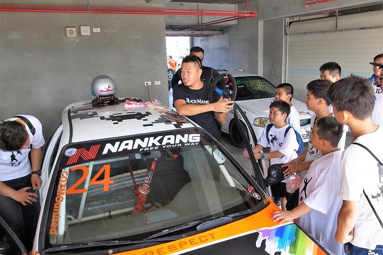 賽車運動除了刺激外,也是能有教育意義,這次新立陞車隊特別與屏東家扶中心合作,讓小朋友認識賽車運動的知識。