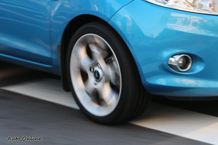 使用扁平比只有40%的PC6行駛在充斥人孔蓋和柏油修補的道路時,特別能夠感受輪胎減緩衝擊力的差異。
