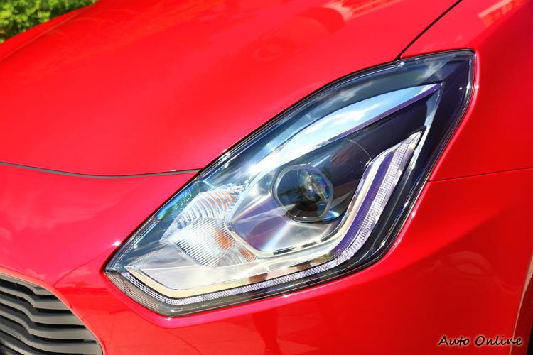 左右兩邊多角形的頭燈組,內部崁入LED頭燈與LED導光條,科技感中帶有年輕又帥氣的氛圍。