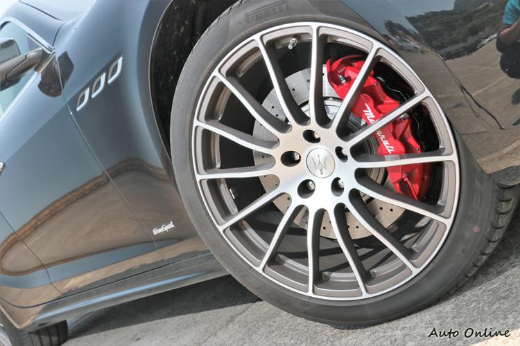 試駕車款選配20吋放射造型鋁圈,鋁圈內部則有亮紅Brembo煞車卡鉗。