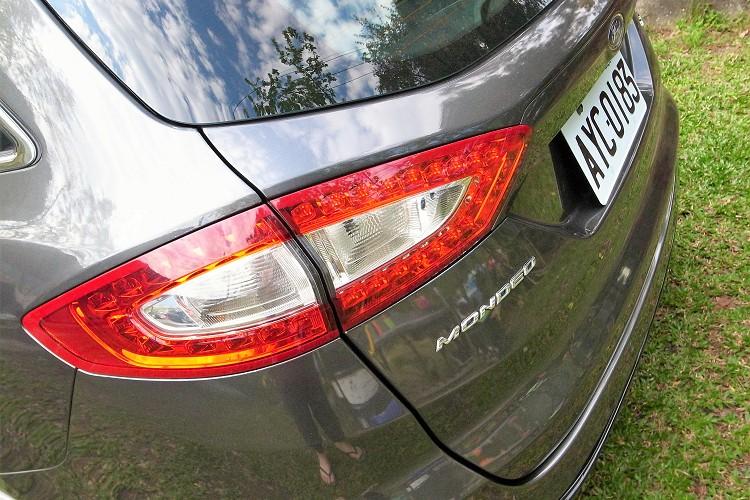尾燈造型與轎車相同,內部崁入LED作為光源。