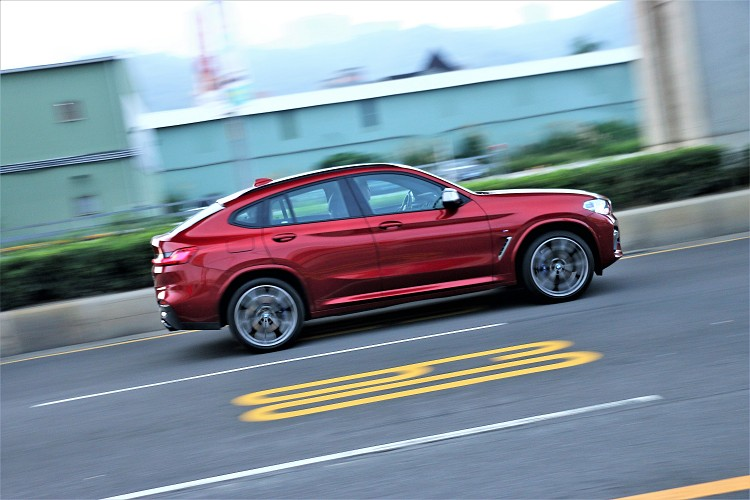 重達1825kg的車重,可在4.8秒完成百公里加速,比起對手Macan GTS快了0.2秒。