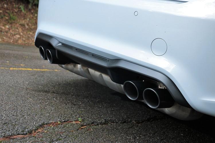 車尾最明顯是Competition車型專屬四出排氣管,遠遠的就能看到至於下方碩大桶身。