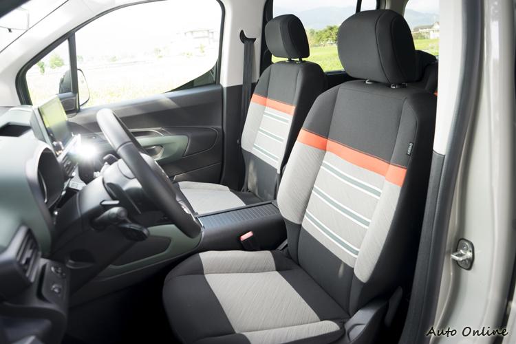 XTR車型配黑橘雙彩織布座椅。