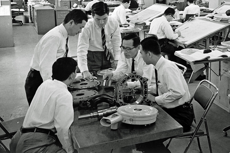 經歷兩位社長,以及山本健一(圖中戴眼鏡者)帶領的研發團隊,轉子引擎最後成了Mazda最足以代表其運動跑車的代表。