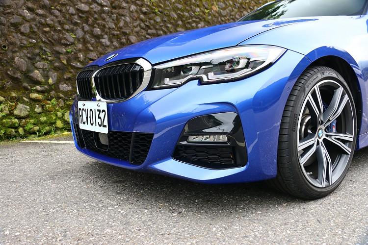 車頭延續新世代3系列類六角形LED頭燈,與BMW不容錯認的家族標誌雙腎型水箱護罩。