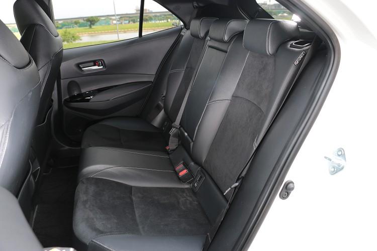 後座與前做相同,換上Ultrasuede®麂皮與真皮包覆座椅,可惜沒有出風口,大大降低炎熱氣候時的舒適性。