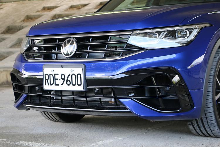 車頭前保桿為R款專屬設計,氣壩配備黑色飾框。