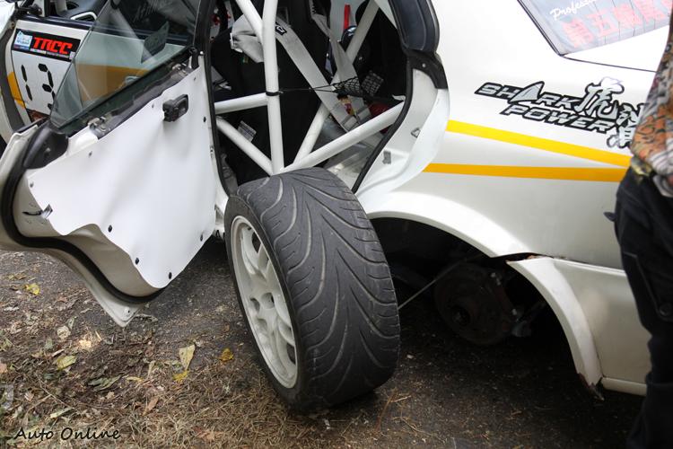 不小心甩尾,輪胎就飛出來,也只好黯然的退賽了!