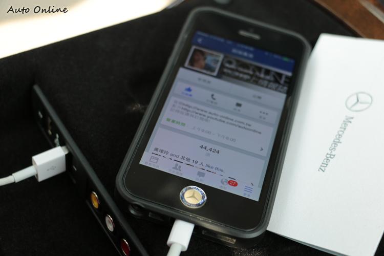後座扶手內有兩個USB插孔,連接上iPhone5之後可立即在相對位置的螢幕上顯示iPod音樂播放,但須配合後座的無線耳機才可獨自聆聽音樂。