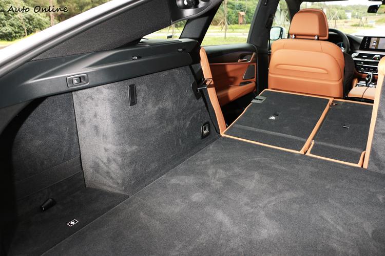 電動釋放的40/20/40後座椅背傾倒後,行李箱空間最多可擴大達1,800公升。