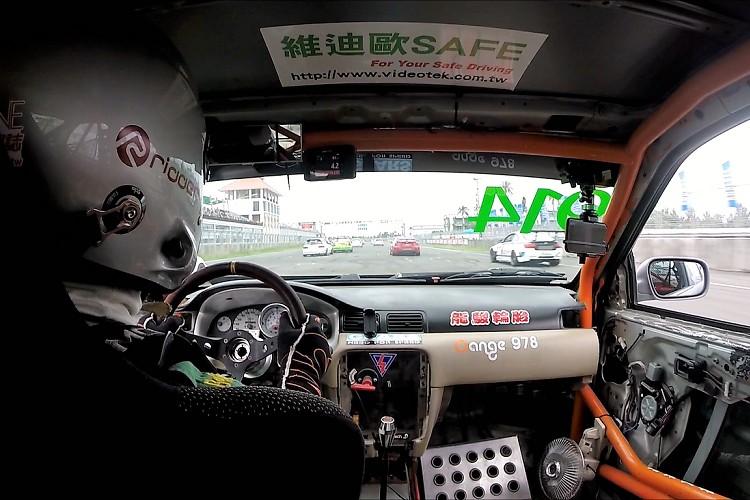 賽車手在車內必須做出精準的判斷,錯誤判斷就有可能把一輛好幾千萬的賽車給撞毀。