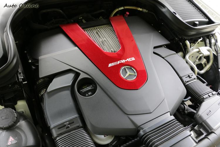3.0升V6雙渦輪增壓汽油引擎所採用的雙渦輪增壓系統增壓值為 1.1bar,百里加速不用5秒。