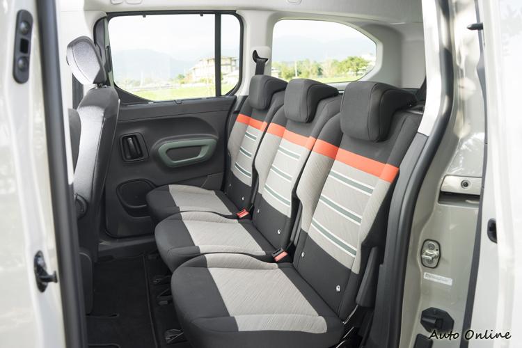 第二排三張獨立座椅,前方也有折疊桌板可用。