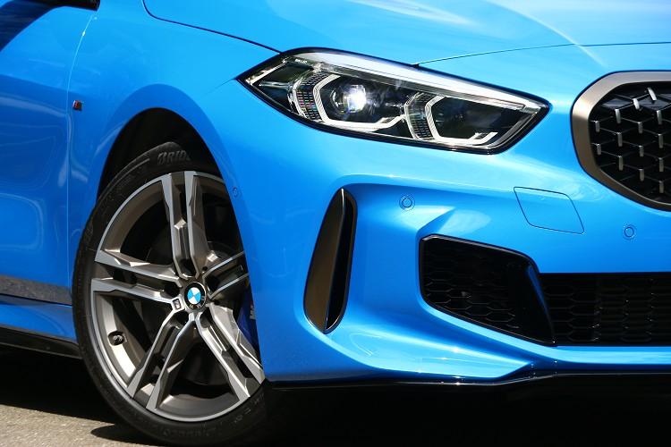 車頭左右側新世代類六角形LED頭燈運用前後延伸的設計,不僅讓車頭造型輪廓更加流線,也巧妙的留下四圓燈經典元素。